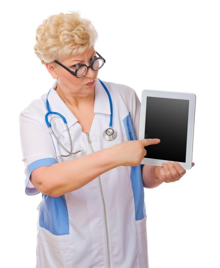 Docteur mûr avec le PC de comprimé photos libres de droits
