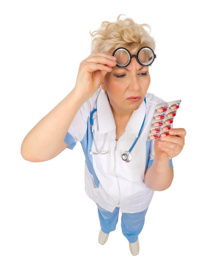 Docteur mûr drôle avec des pilules photographie stock libre de droits