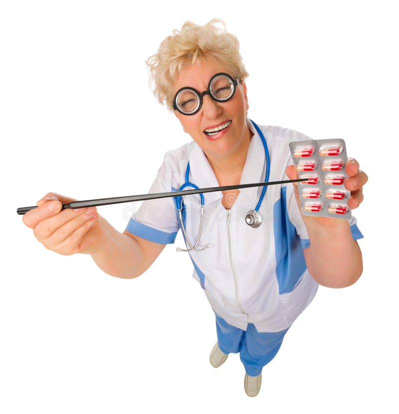 Docteur mûr drôle avec des pilules d'isolement photographie stock libre de droits