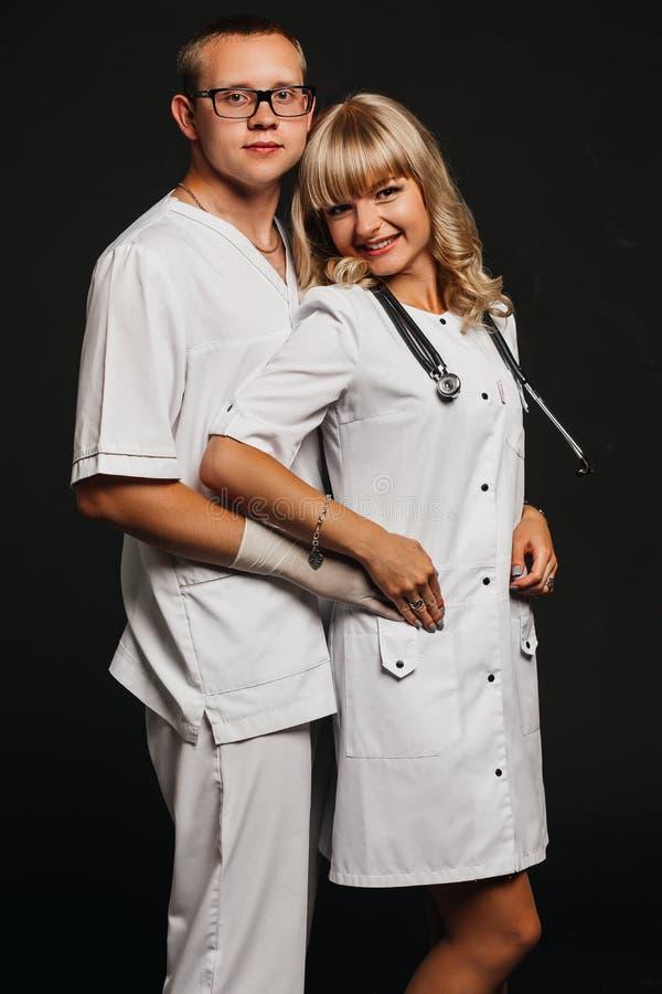 Docteur mûr et son sourire auxiliaire femelle photo stock