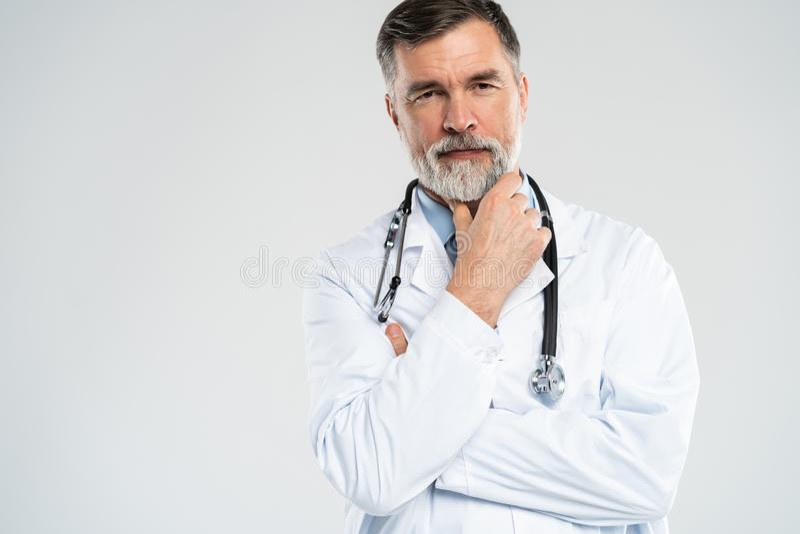 Docteur m?r gai posant et souriant ? l'appareil-photo, aux soins de sant? et ? la m?decine photos libres de droits