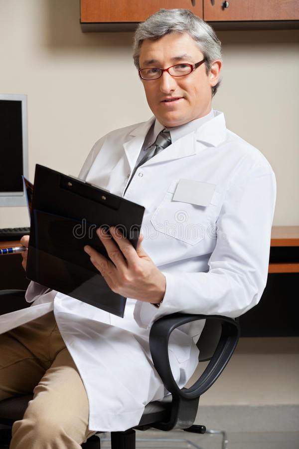 Docteur mûr Holding Clipboard photos stock