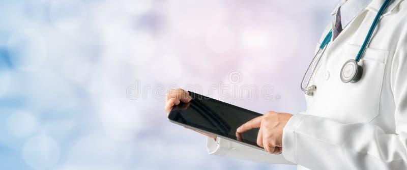 Docteur masculin à l'aide de la tablette images stock