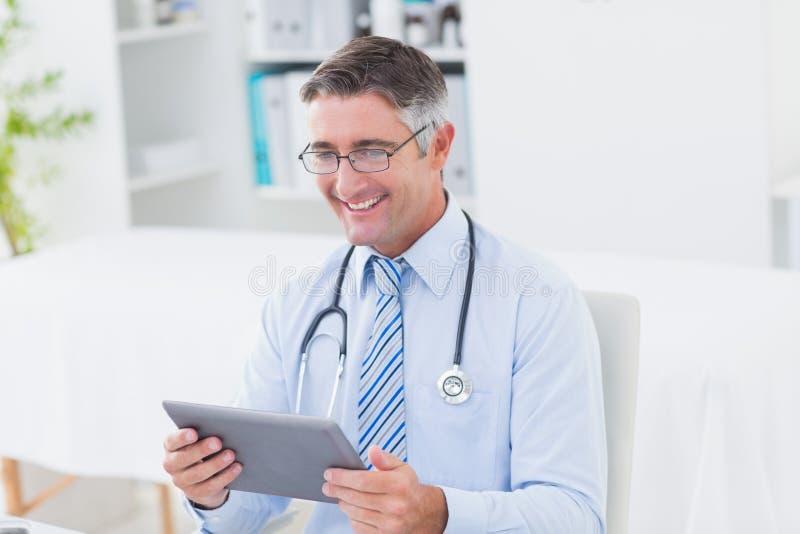Docteur masculin à l'aide de la tablette image stock