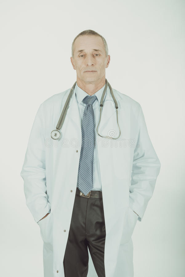 Docteur masculin avec des mains dans des poches photographie stock libre de droits