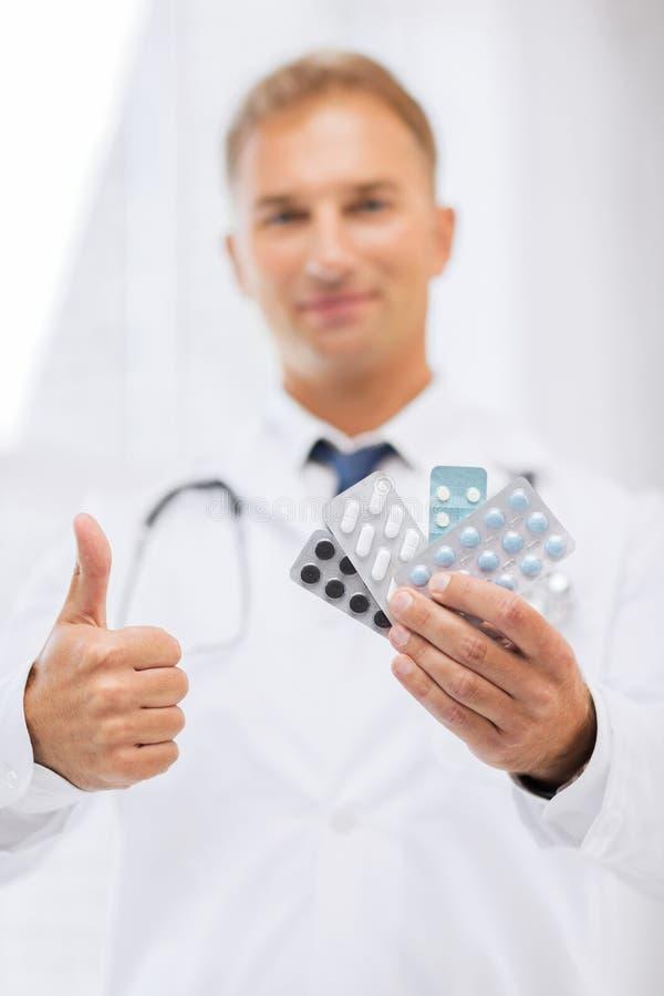 Docteur masculin avec des paquets de pilules photographie stock libre de droits