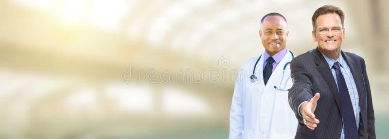 Docteur masculin caucasien d'homme d'affaires et d'Afro-américain, infirmière ou photographie stock libre de droits