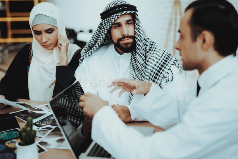Docteur masculin Consulting Arabic Family à l'hôpital image libre de droits