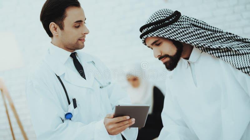 Docteur masculin Consulting Arabic Man à l'hôpital photos stock
