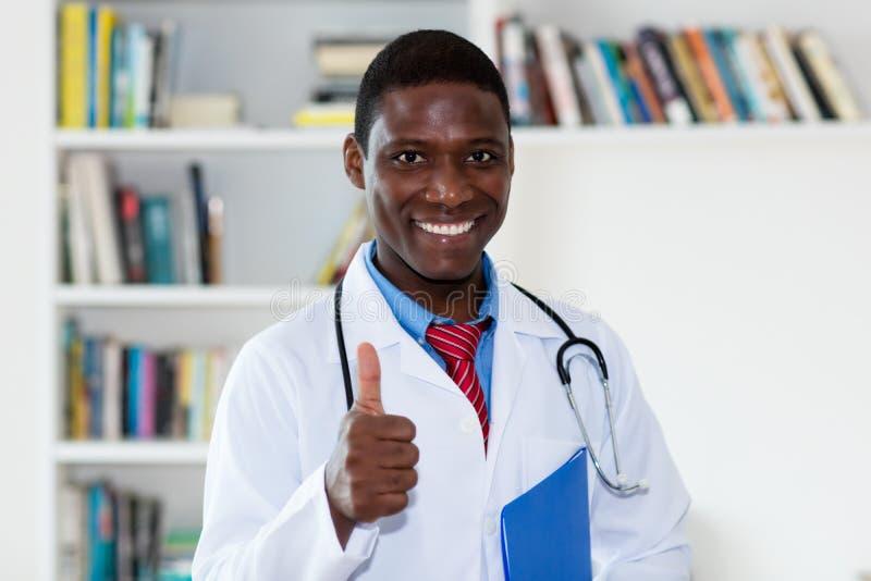 Docteur masculin d'afro-américain amical photo stock