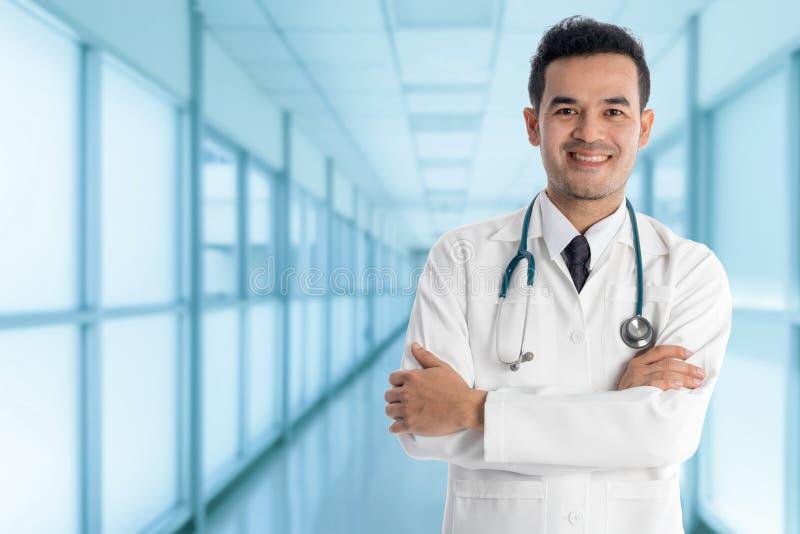 Docteur masculin dans l'hôpital image stock