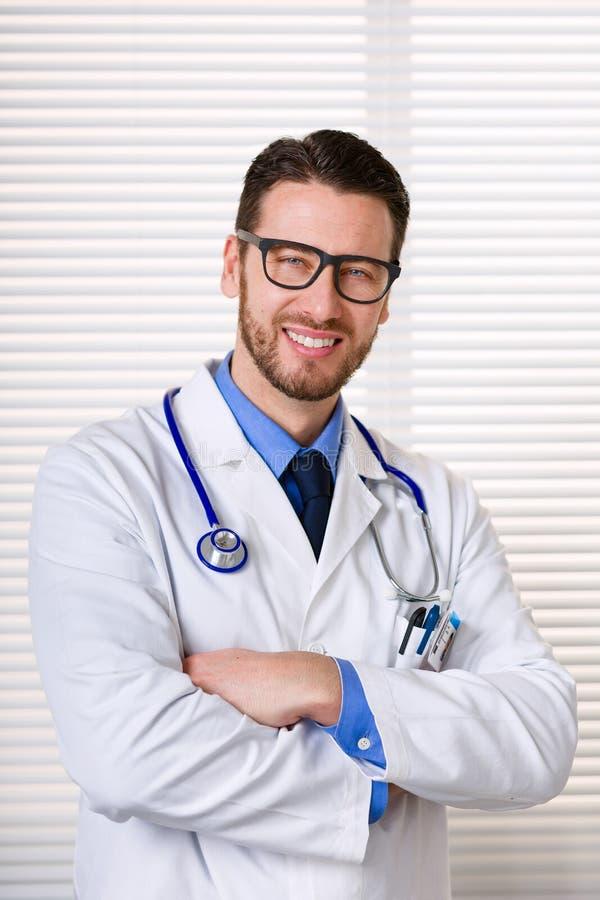 Docteur masculin de sourire avec le portrait en verre photographie stock