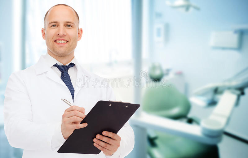 Docteur masculin de sourire avec le presse-papiers image libre de droits