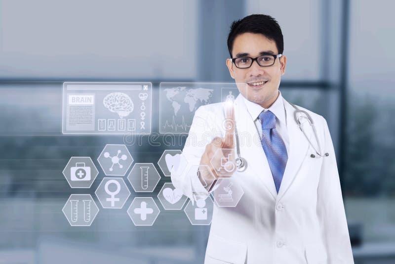Docteur masculin employant l'interface médicale image libre de droits