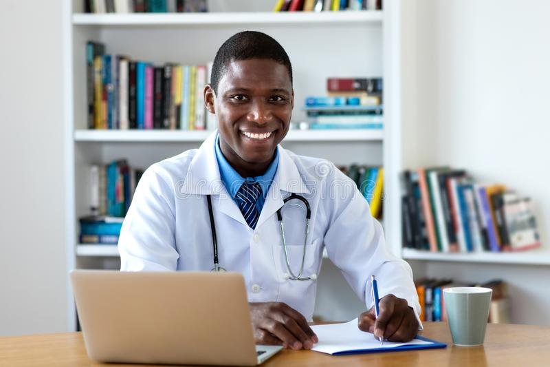 Docteur masculin mûr riant d'afro-américain photos stock