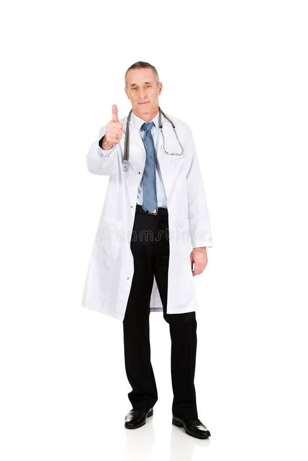 Docteur masculin mûr avec le pouce  photos libres de droits
