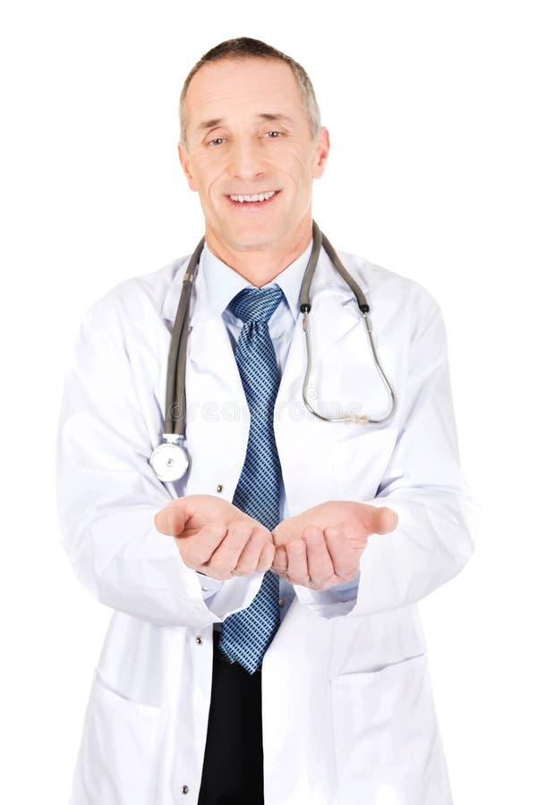 Docteur masculin mûr avec les mains ouvertes photo libre de droits