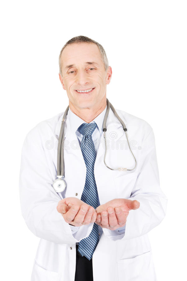 Docteur masculin mûr avec les mains ouvertes photo stock