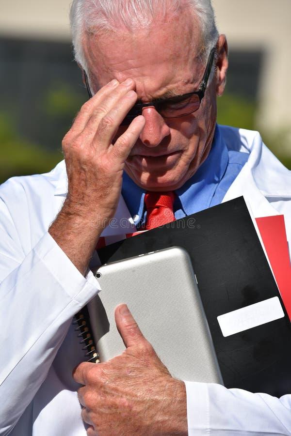 Docteur masculin supérieur beau malheureux Wearing Lab Coat à l'hôpital photographie stock