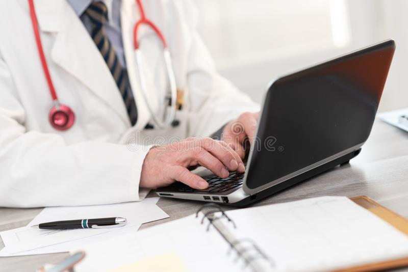 Docteur masculin Using Laptop photographie stock libre de droits