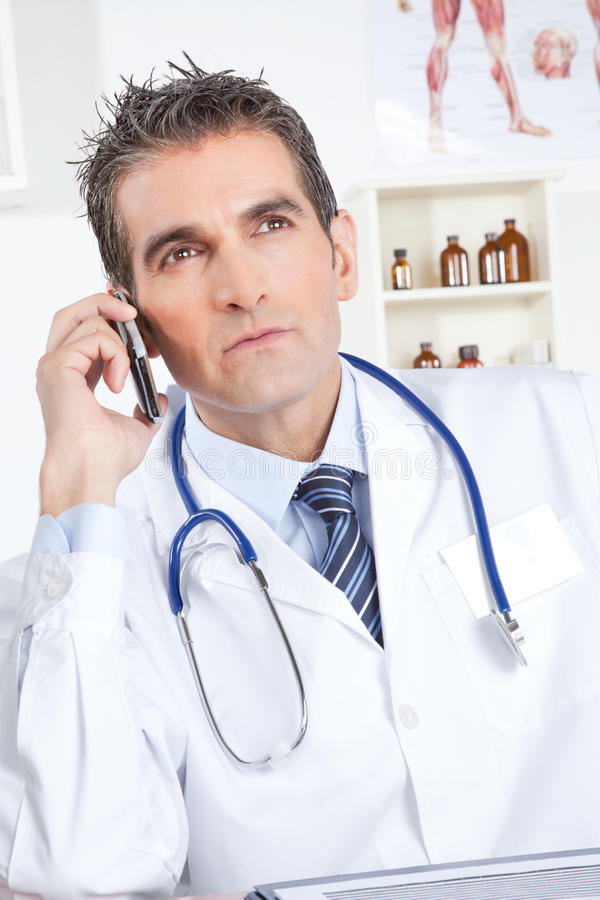 Docteur masculin Using Mobile Phone photographie stock