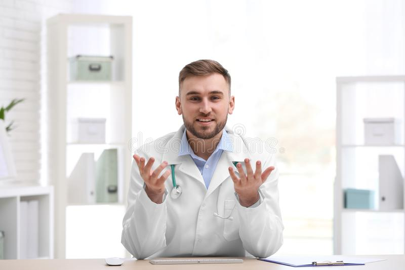 Docteur masculin utilisant la causerie visuelle sur le lieu de travail image libre de droits