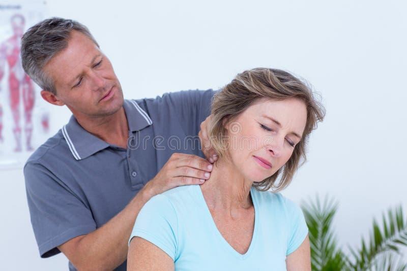 Docteur massant son cou patient photo stock