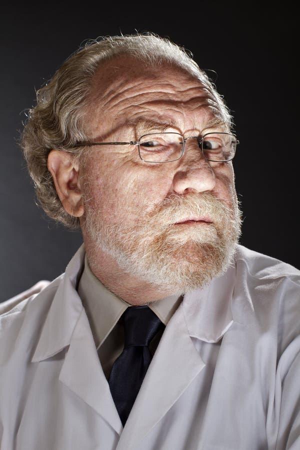Docteur mauvais avec l'expression sinistre photographie stock libre de droits