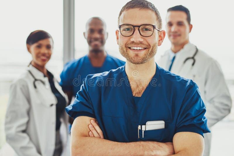 Docteur menant une équipe médicale à l'hôpital photo stock