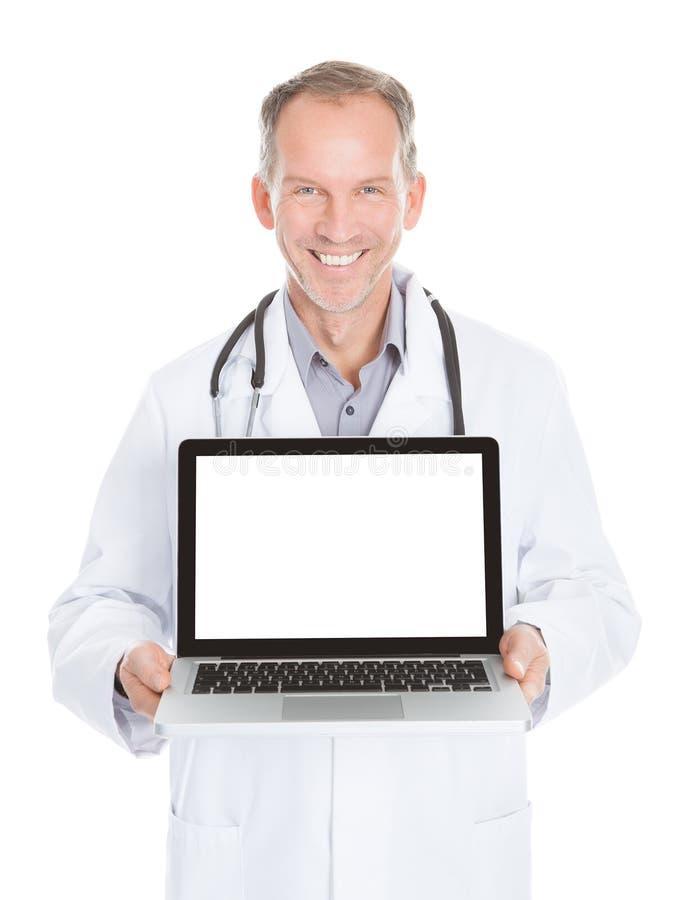 Docteur montrant l'ordinateur portable photo libre de droits