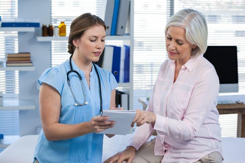Docteur montrant la prescription au patient photos libres de droits
