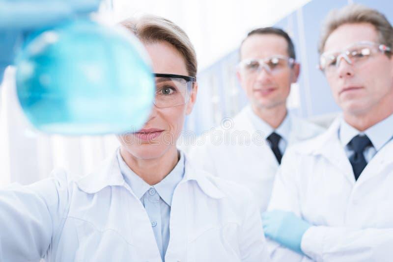 Docteur montrant le flacon avec du réactif images libres de droits