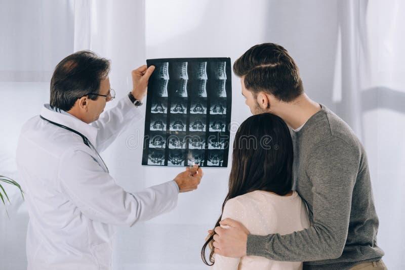 docteur montrant le rayon X de couples photo stock
