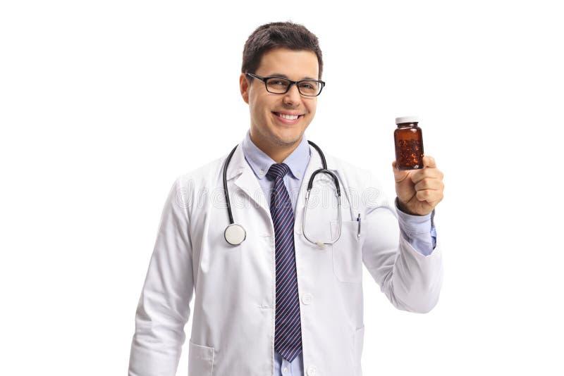 Docteur montrant une bouteille de pilules image stock