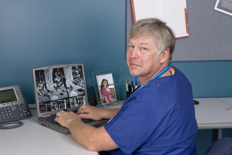 Docteur MRI de observation sur l'ordinateur portatif images stock