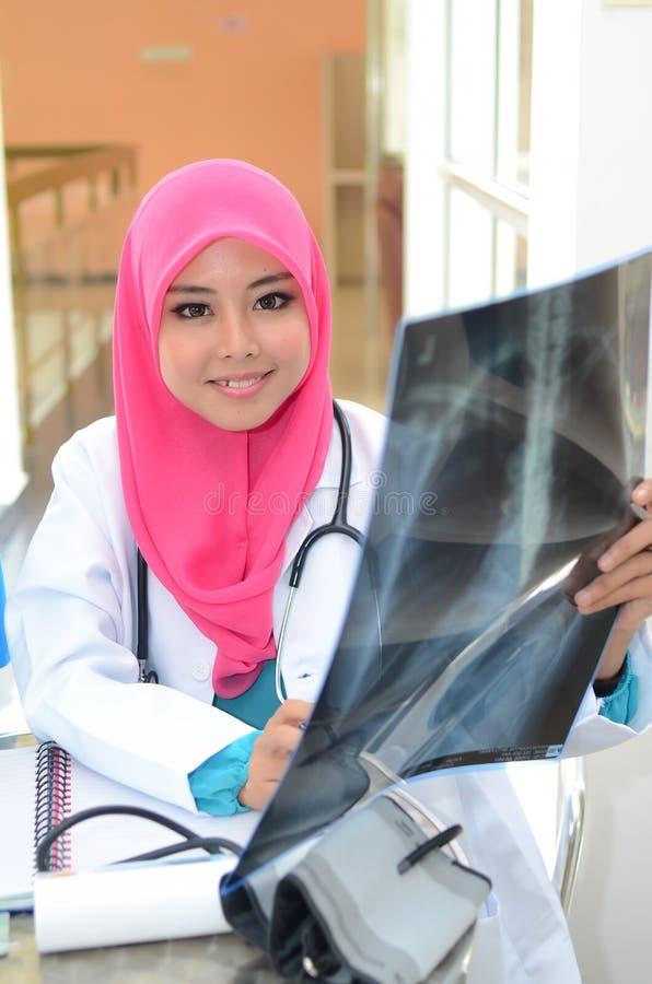 Docteur musulman sûr occupé à l'hôpital photographie stock