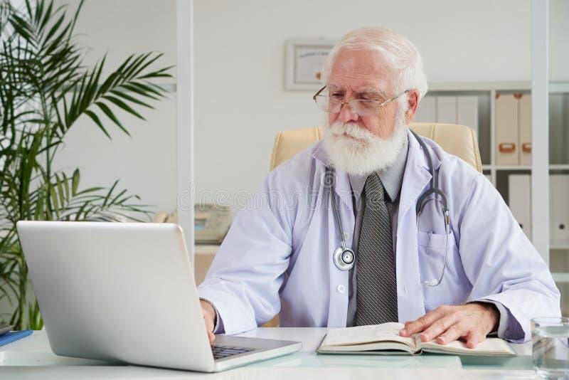 Docteur occupé avec le travail photo stock