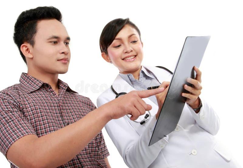 Docteur parlant à un patient mâle photos stock