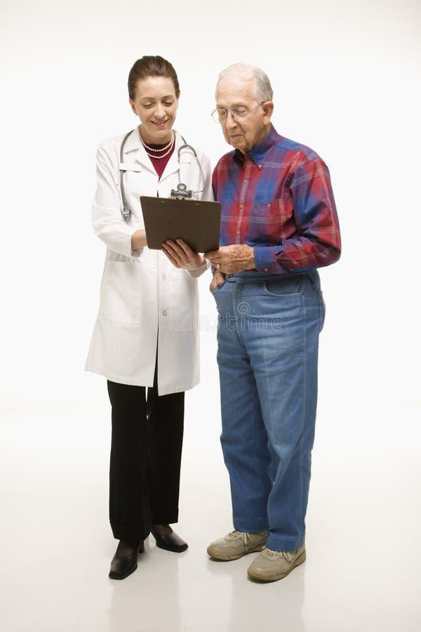 Docteur parlant au patient. photographie stock libre de droits