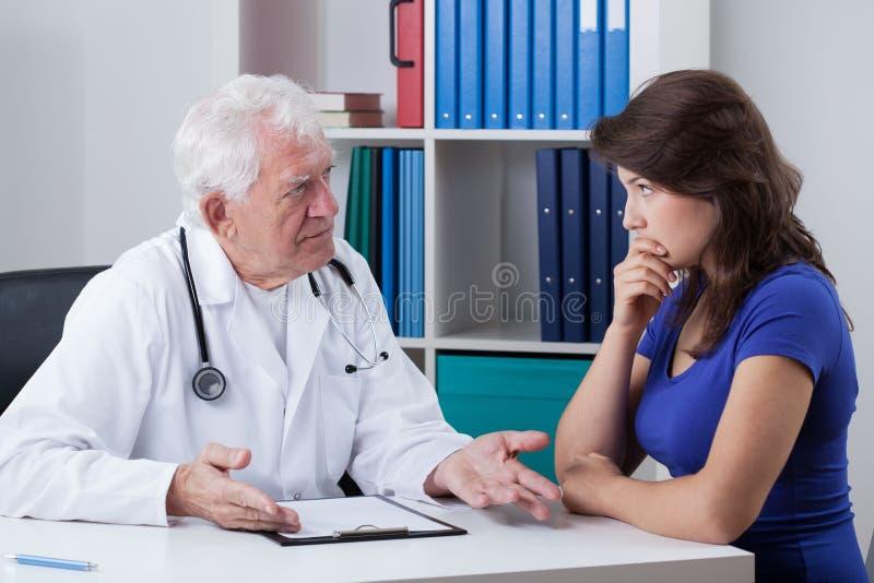 Docteur parlant avec le patient inquiété photos libres de droits