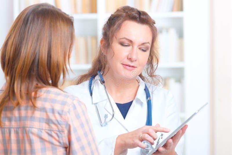 Docteur parlant avec un patient photographie stock libre de droits