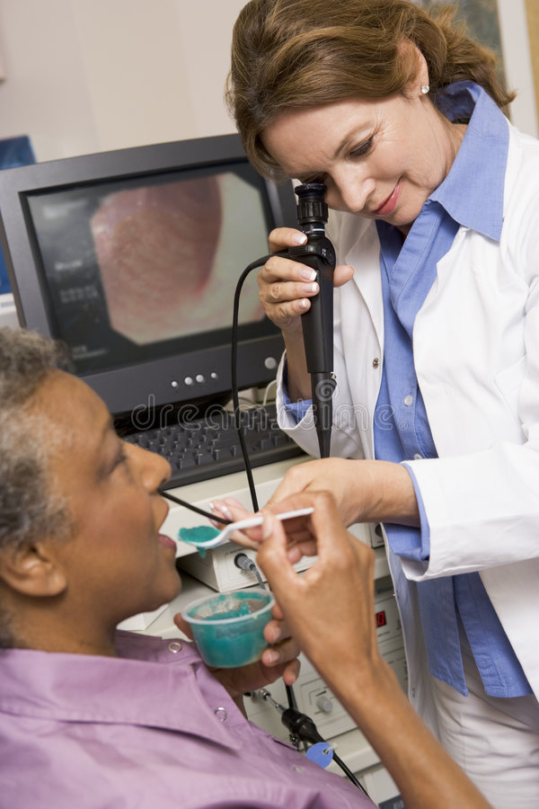 Docteur Performing Laryngoscopy On Patient photos stock