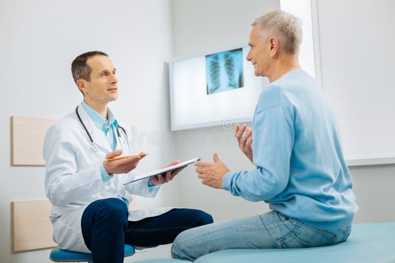 Docteur positif et patient parlant entre eux photos libres de droits