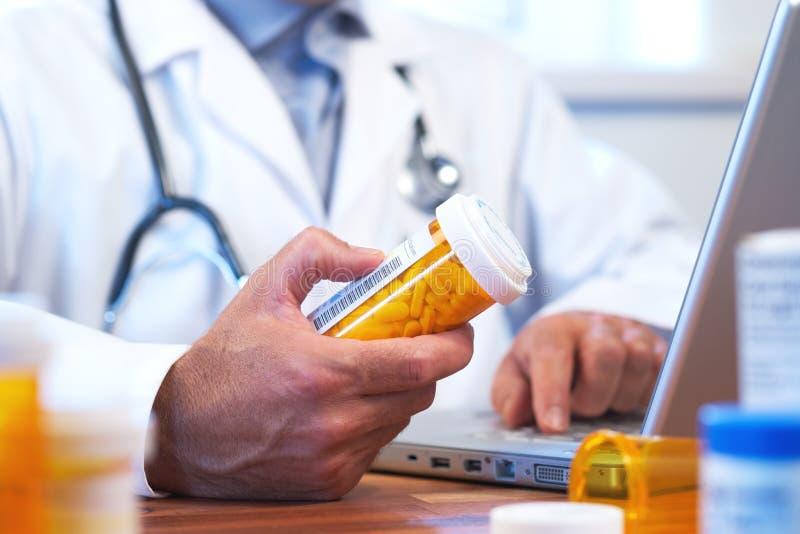 Docteur préparant la prescription en ligne d'Internet image libre de droits