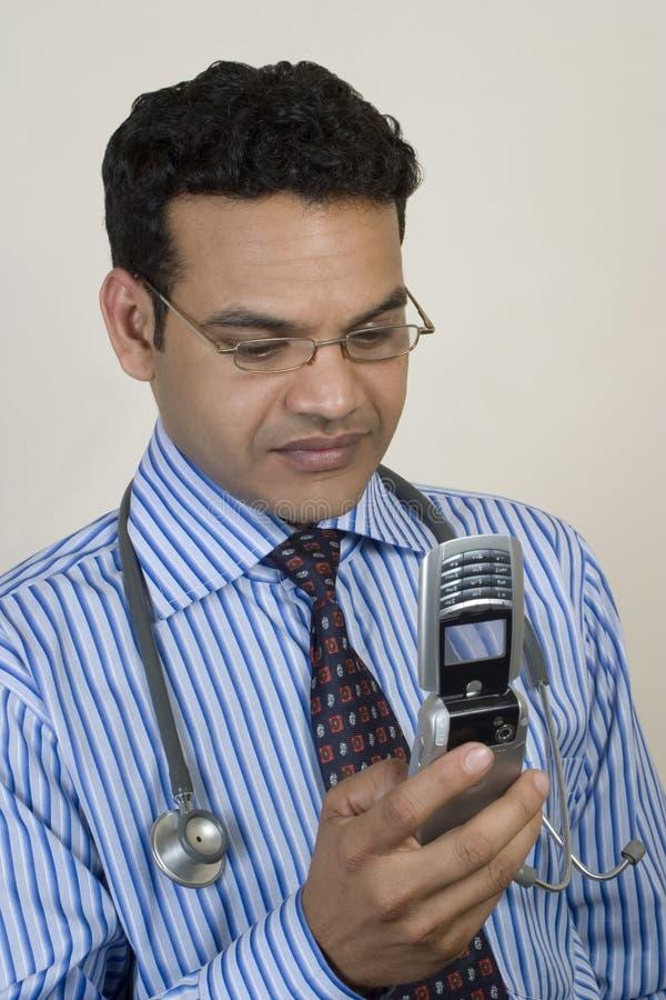 Docteur prenant l'appel pressant photo stock