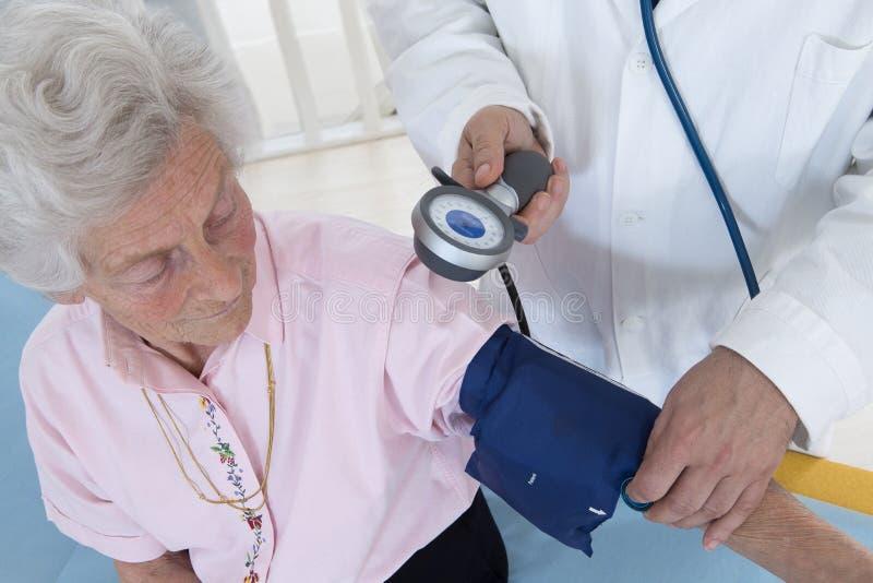 Docteur prenant la tension artérielle images libres de droits