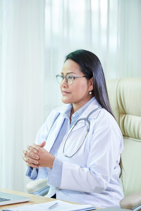 Docteur professionnel adulte ayant la consultation photo libre de droits