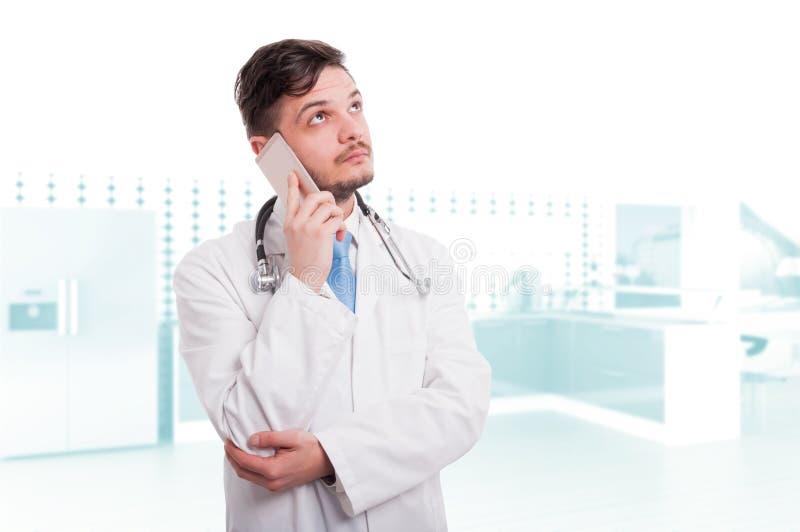 Docteur professionnel parlant au téléphone portable image stock