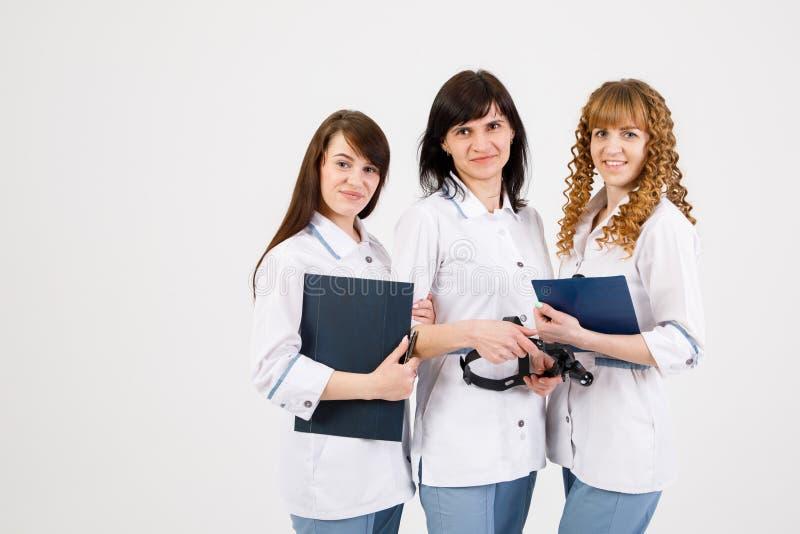 Docteur professionnel travaillant dans le bureau d'h?pital avec des infirmi?res Concept m?dical de service de personnel d'institu image libre de droits