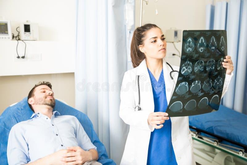 Docteur regardant des résultats de balayage de CT images stock